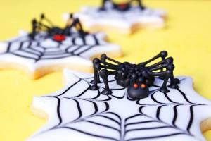 Creepy 3D Spider Cookies thebearfootbaker.com