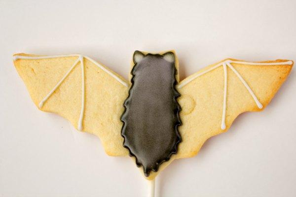 bat cookies, Halloween Cookies, sugar cookies on a stick, airbrushed halloween cookies, airbrushed cookies, The Bearfoot Baker, bat cookies on a stick