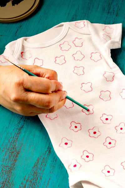DIY-Onesie-by-The-Bearfoot-Baker
