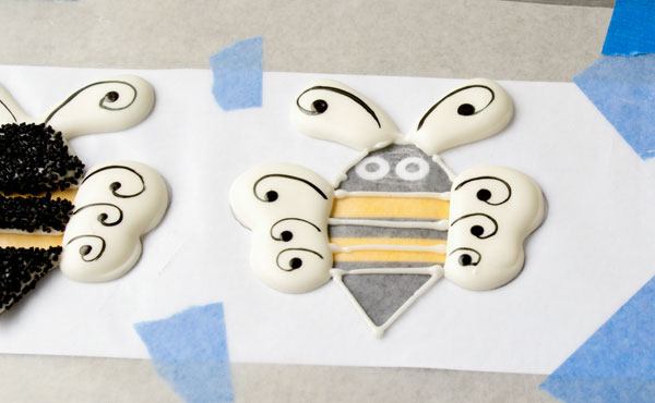 Easy-Bee-Royal-Icing-Transfers-by-thebearfootbaker.com