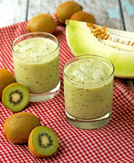 Honeydew-Kiwi-Lime-Smoothie with thebearfootbaker.com