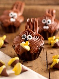 Cute Squirrel Cupcakes via thebearfootbaker.com