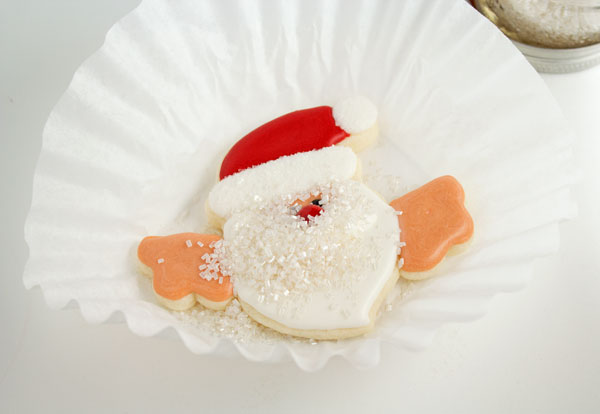 Fun santa cookies that hang on a cup via www.thebearfootbaker.com