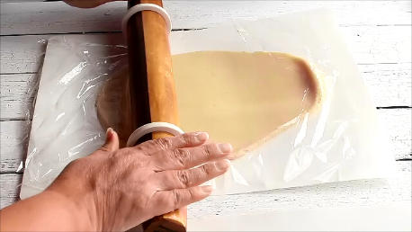 How to Roll out Sugar Cookie Dough with video from www.thebearfootbaker.com