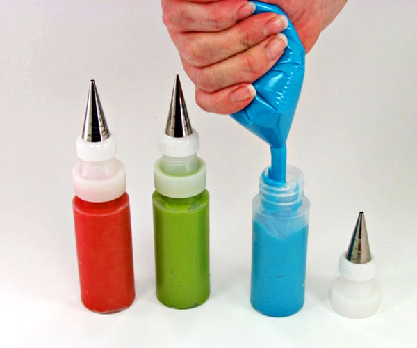 How-to-get-icing-into-those-litttle -decorating-bottles-www.thebearfootbaker.com