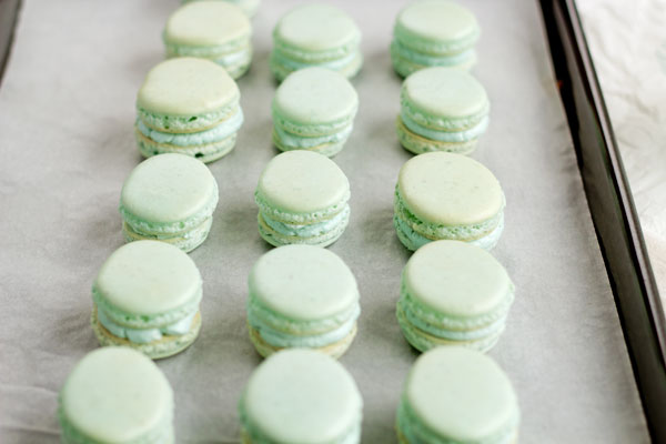 Easy Macarons for Easter with thebearfootbaker.com