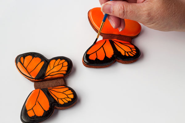 Simple butterfly cookies - step by step tutorial on how to decorate sugar cookies with royal icing thebearfootbaker.com