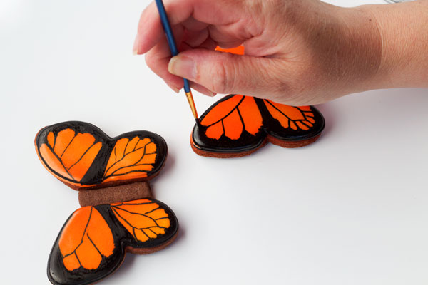 Simple butterfly cookies - step by step tutorial on how to decorate sugar cookies with royal icing with thebearfootbaker.com