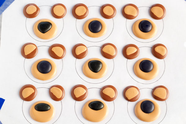 Cute Bear Cupcakes via thebearfootbaker.com