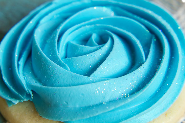 Easy Rose Swirl Cookies - Sugar cookies decorated with Royal Icing via thebearfootbaker.com