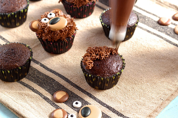 Simple Bear Cupcakes via thebearfootbaker.com