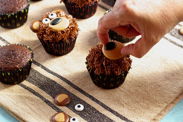 Simple Bear Cupcakes via www.thebearfootbaker.com