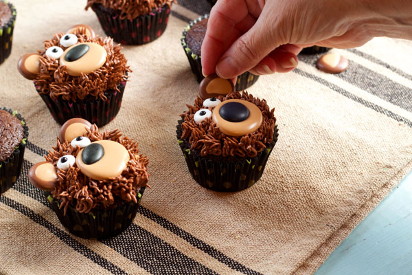 Simple Bear Cupcakes with with thebearfootbaker.com