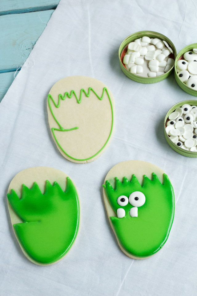 Easy Frankenstein Face Cookies - Sugar Cookies Decorated with Royal Icing are made with a Flip Flop Cookie Cutter via www.thebearfootbaker.com