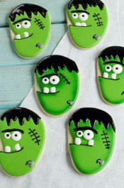 Follow this simple tutorial to make these Frankenstein Face Cookies - Sugar Cookies Decorated with Royal Icing thebearfootbaker.com