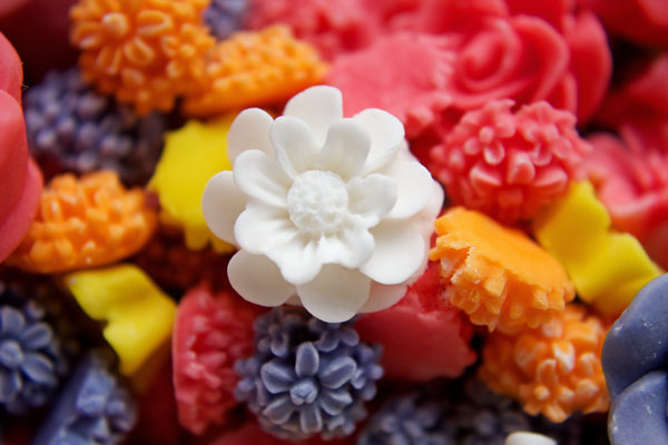 Fondant Flowers are easy to make and are perfect decorations for your cookies www.thebearfootbaker.com