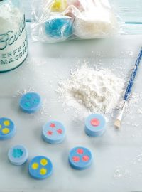 Fondant Flowers will look great on your decorated sugar cookies and they are fun to make! www.thebearfootbaker.com
