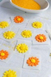 How to make a Simple Icing Daisy via www.thebearfootbaker.com