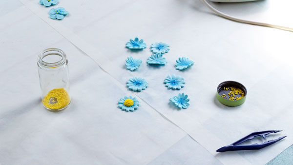 How to make an Icing Daisy via thebearfootbaker.com
