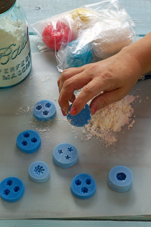 How to make simple fondant flowers to use for decorating sugar cookies thebearfootbaker.com