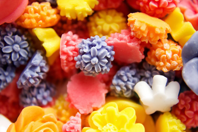 Simple Fondant Flowers will add instant beauty to your cookies, cupcakes and cakes www.thebearfootbaker.com