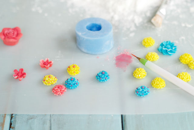 This tutorial will show you how to make simple fondant flowers to use to on decorated sugar cookies, cupcakes and cakes www.thebearfootbaker.com