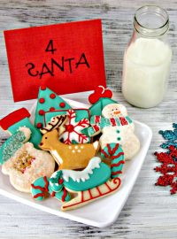 Aqua & Red Decorated Christmas Cookies via www.thebearfootbaker.com