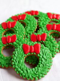 Easy Christmas Wreath Cookies - Sugar Cookies Decorated with Royal Icing by www.thebearfootbaker.com