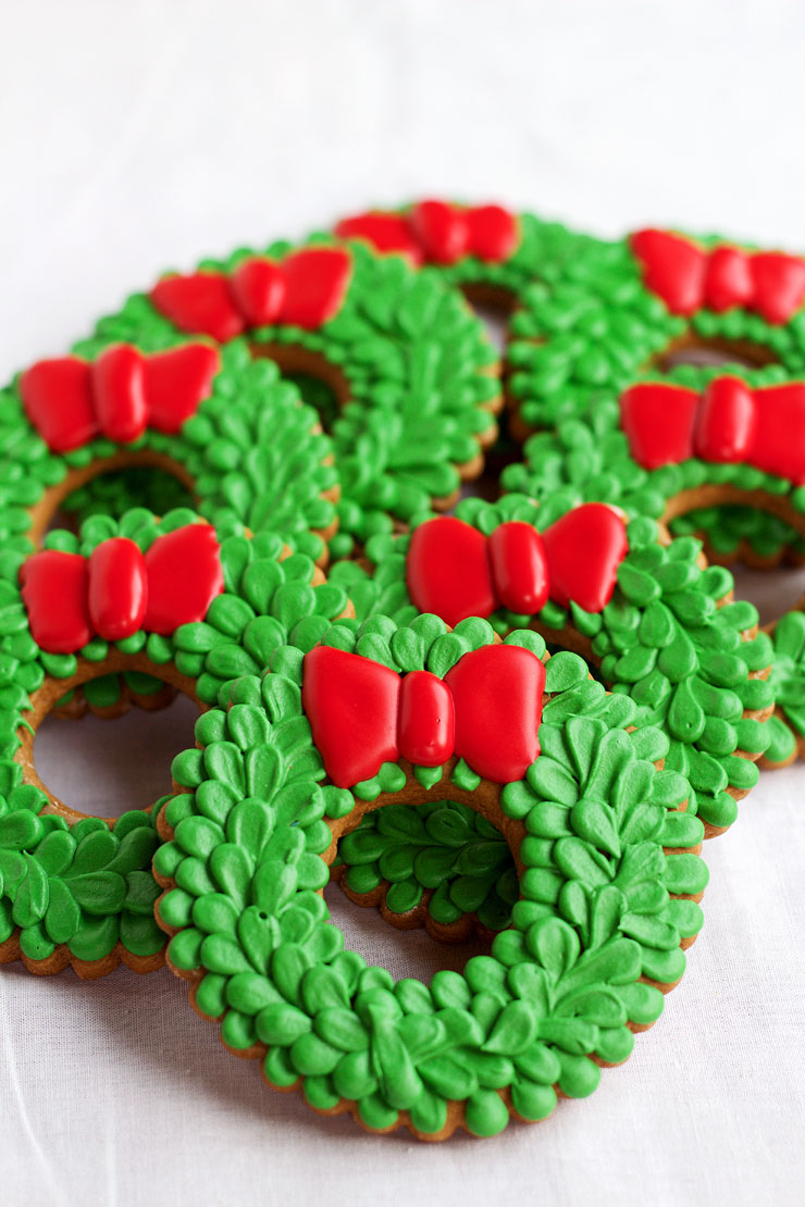 easy christmas wreath cookies sugar cookies decorated with royal icing by wwwthebearfootbaker - Decorated Christmas Sugar Cookies