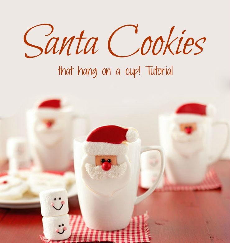 Galletas de Santa que cuelgan en una taza de galletas decoradas de Navidad a través de www.thebearfootbaker.com