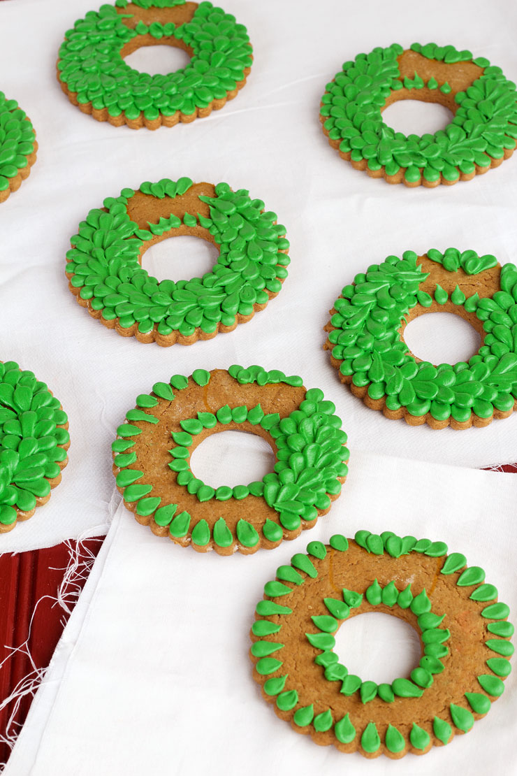 simple christmas wreath cookies sugar cookies decorated with royal icing via wwwthebearfootbaker