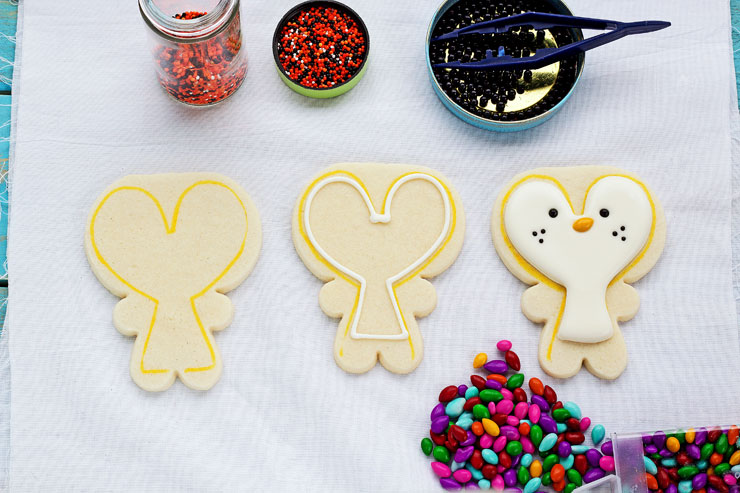 Easy Penguin Cookies - Cut out sugar cookies decorated with royal icing with www.thebearfootbaker.com