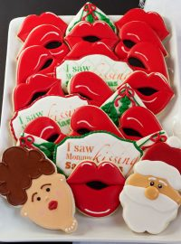 I Saw Mommy Kissing Santa Claus Cookies - Sugar Cookies Decorated with Royal Icing via thebearfootbaker.com