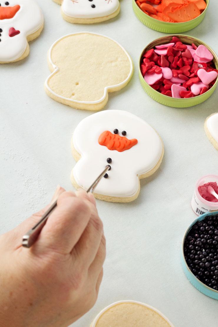 Easy Big-Headed Snowman Cookies via www.thebearfootbaker.com