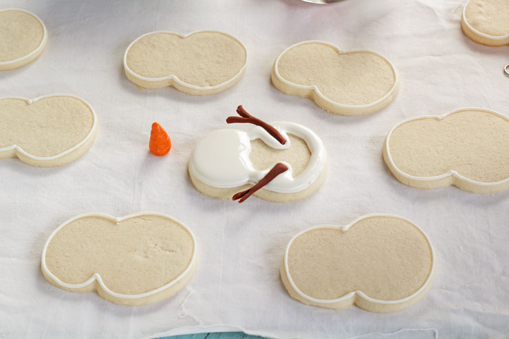 Easy Snowman Cookies - Decorated Sugar Cookies and Royal Icing with Fondant Nose and Arms with wwww.thebearfootbaker.com