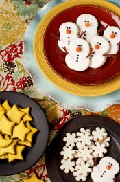 Easy Snowman Cookies - Decorated Sugar Cookies decorated with Royal Icing and Fondant Nose and Arms via wwww.thebearfootbaker.com