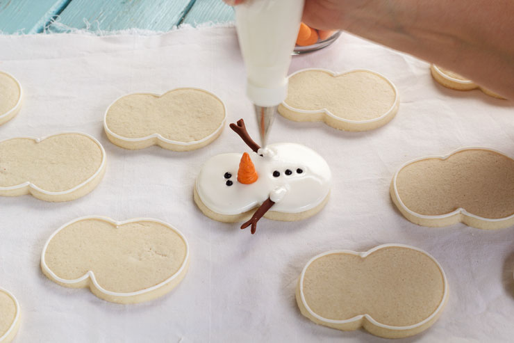 Easy Snowman Cookies - Decorated Sugar Cookies with Royal Icing and Fondant Nose and Arms by wwww.thebearfootbaker.com