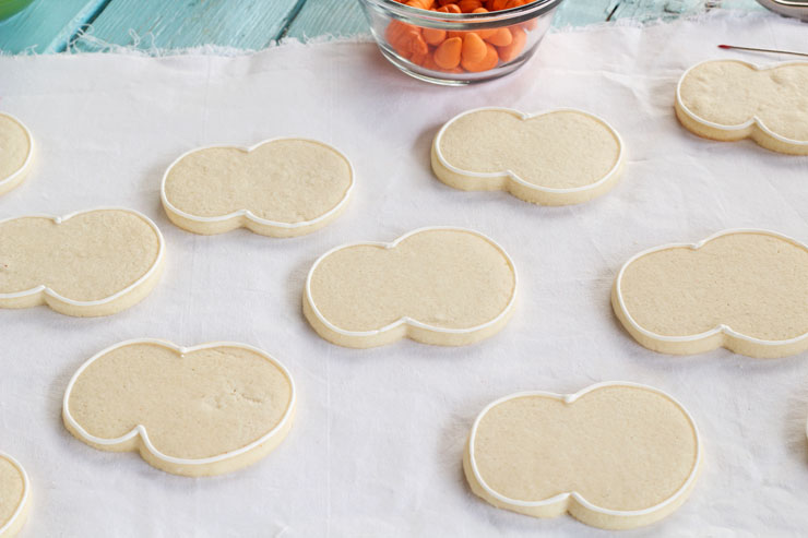 Easy Snowman Cookies - Sugar Cookies decorated with Royal Icing and Fondant Nose and Arms via wwww.thebearfootbaker.com