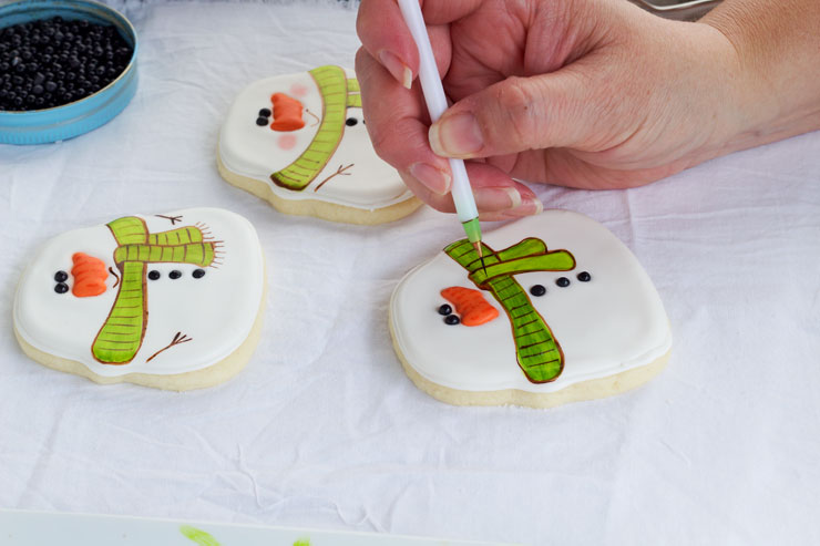 Simple Snowman Cookies - Decorated Sugar Cookies with www.thebearfootbaker.com