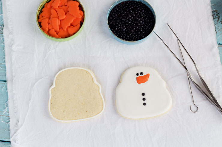 Simple Snowman Cookies - Sugar Cookies with Royal Icing www.thebearfootbaker.com