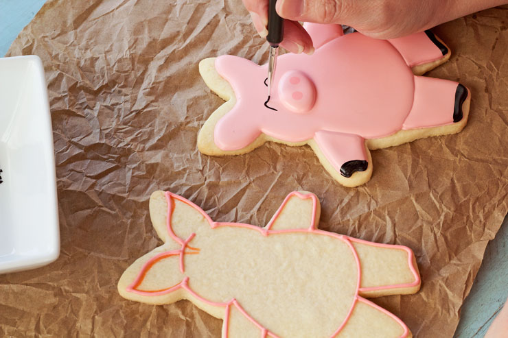 Hogs and Kisses Cookies - Simple Cut Out Sugar Cookies Decorated with Royal Icing via thebearfootbaker.com