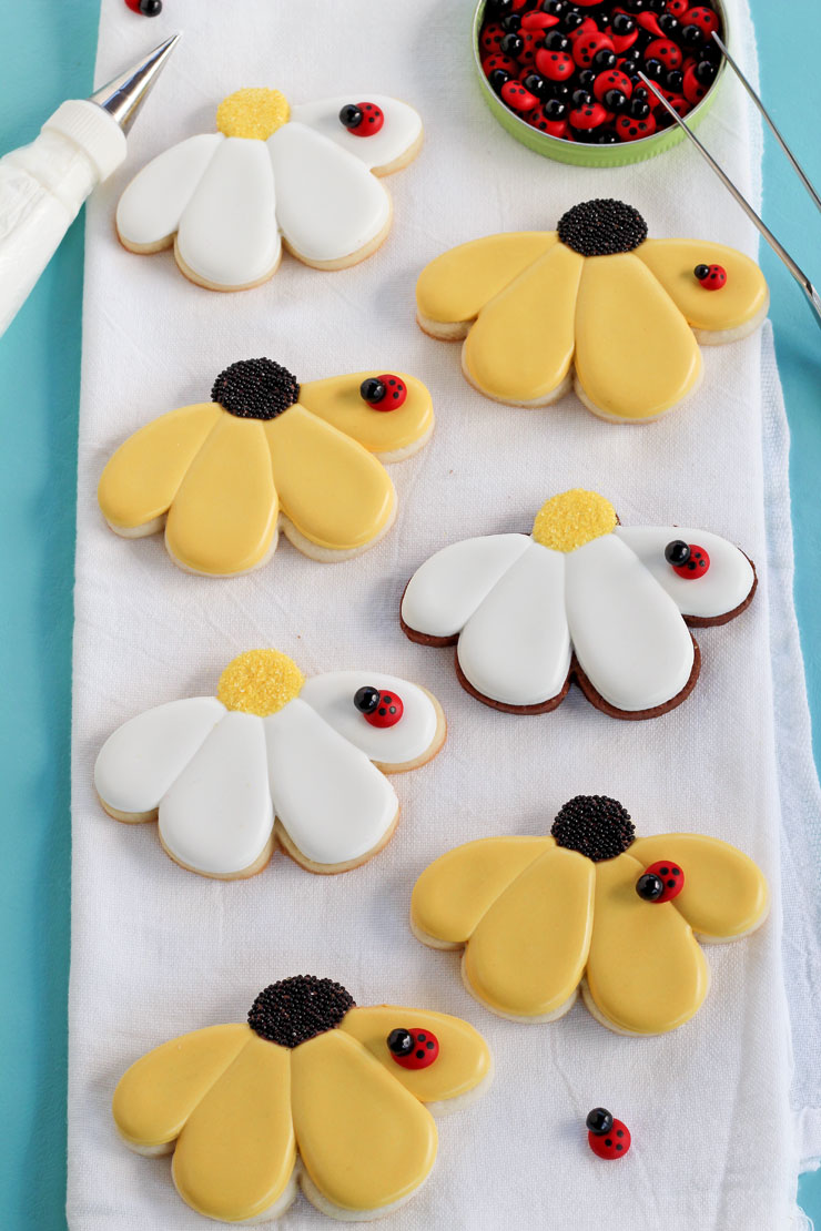 Easy Daisy Cookies - Daisy Sugar Cookies that are Decorated with Royal Icing via thebearfootbaker.com