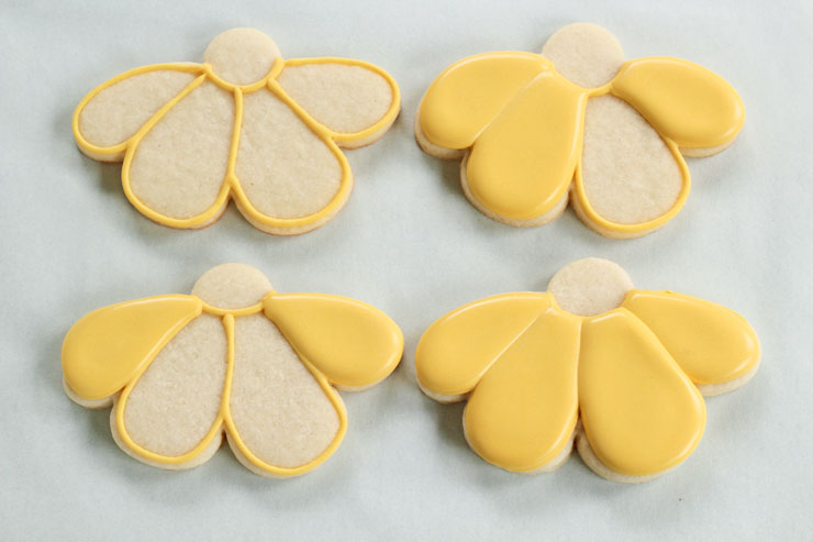 Simple Daisy Cookies - Daisy Sugar Cookies that are Decorated with Royal Icing by www.thebearfootbaker.com