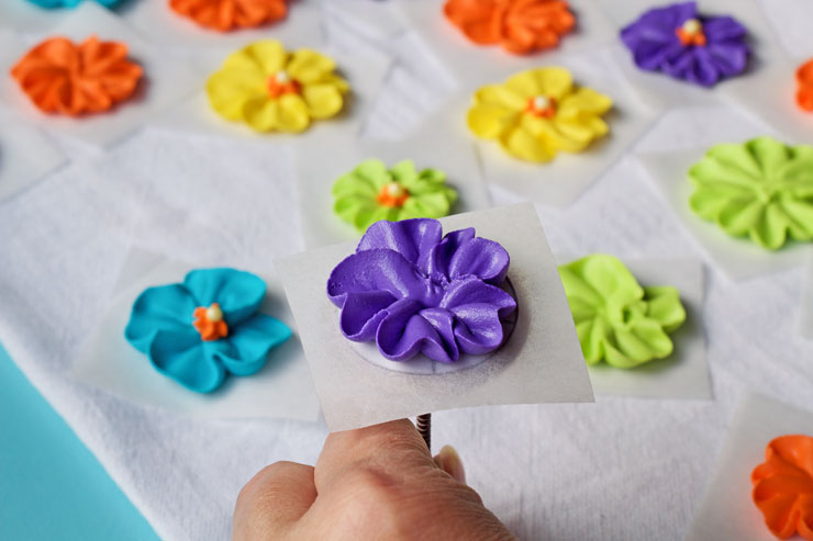 How to Make a Simple Royal Icing Primrose Video thebearfootbaker.com