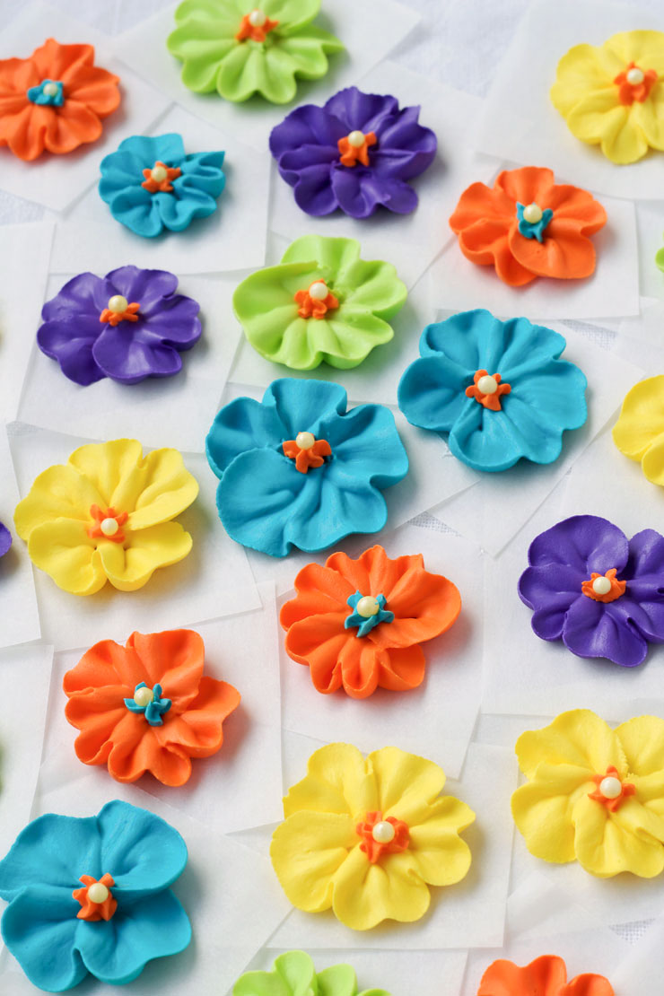 Make a Royal Icing Primrose Video via www.thebearfootbaker.com