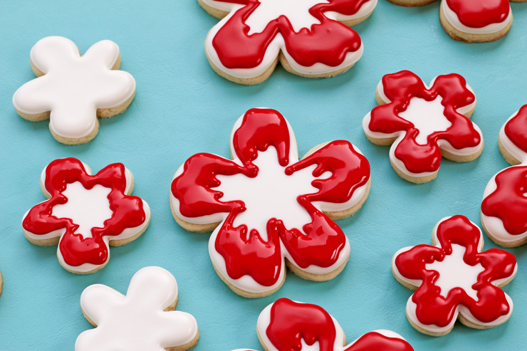 How to Make a Fun Hibiscus Cookie with a Video Tutorial via thebearfootbaker.com