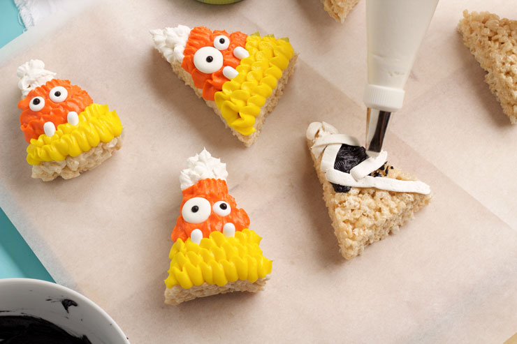 Halloween Rice Krispie Treats that look likr Mummies | The Bearfoot Baker