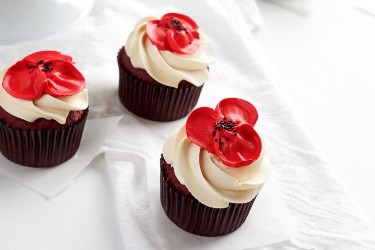 How to Make Simple Buttercream Poppy Flowers for Cakes and Cupcakes with a How to Video | The Bearfoot Baker