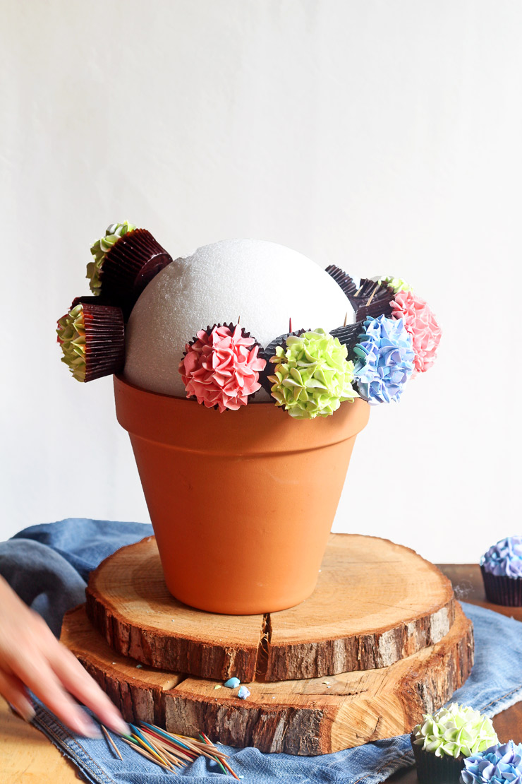 Cupcake Bouquets are Easy To Make. Watch this Video | The Bearfoot Baker