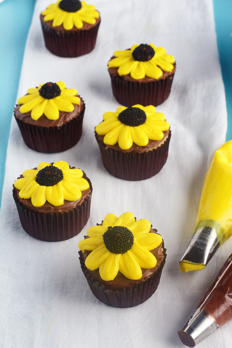 Cute Daisy Cupcakes with Video | The Bearfoot Baker